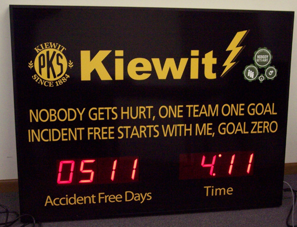 Kiewit Accident Free Days sign. Nobody get hurt, one team one goal, incident free starts with me, goal zero